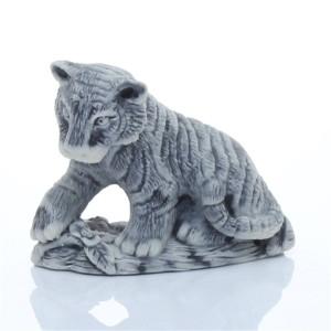 Молодой тигр сидящий