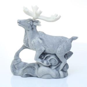 Северный олень на снегу