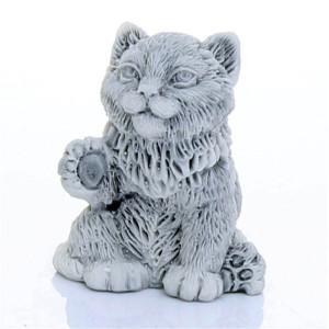Котенок с поднятой лапкой маленький